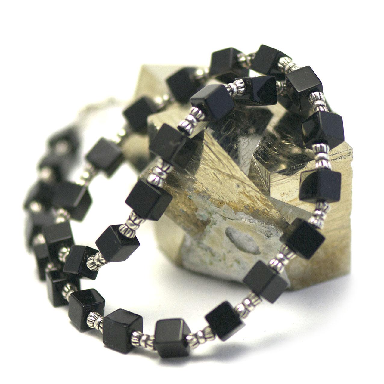 collier onyx ,  perle petit cube - perle argentée tube