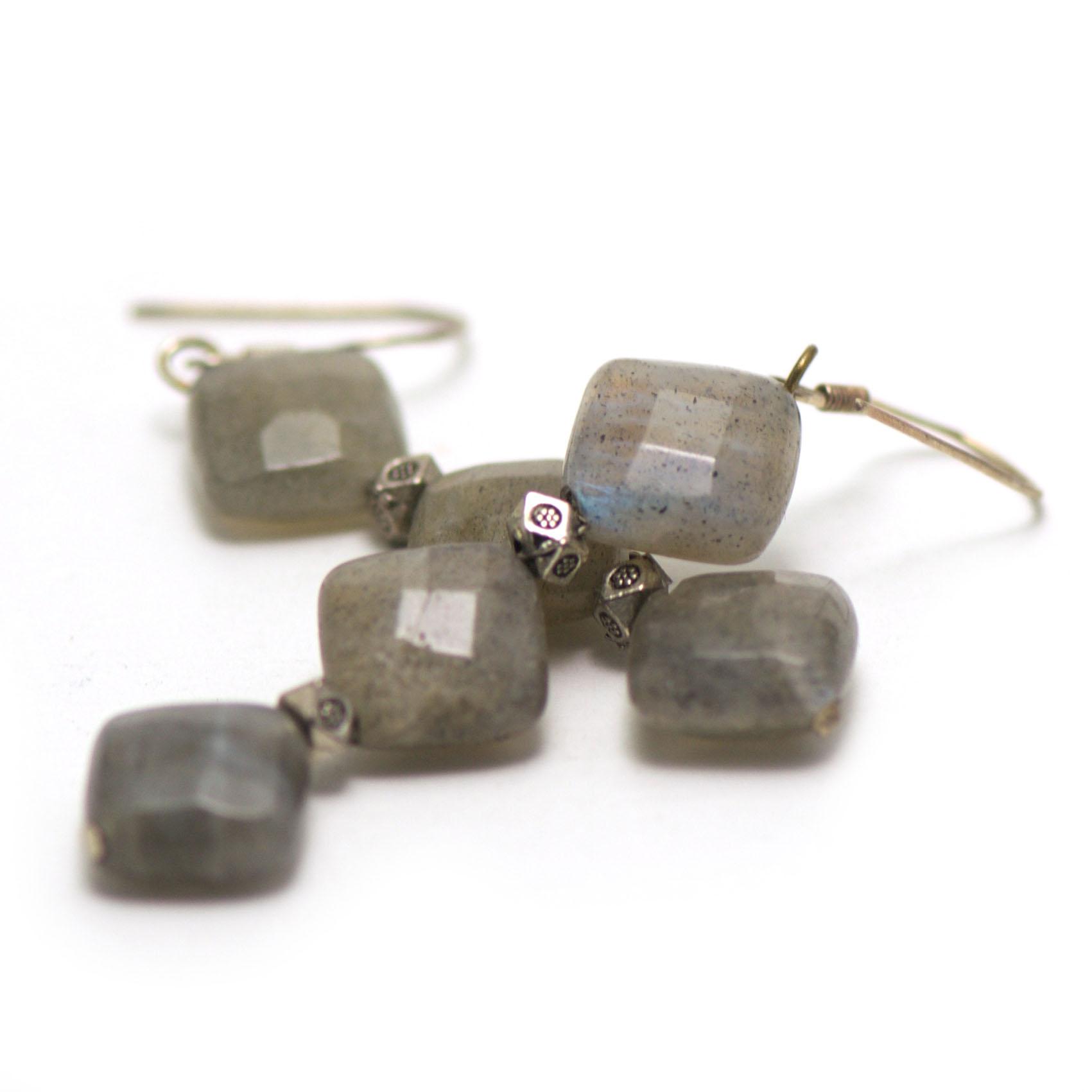 boucle d\'oreille labradorite ,  triple carrées facettées - perles argentées