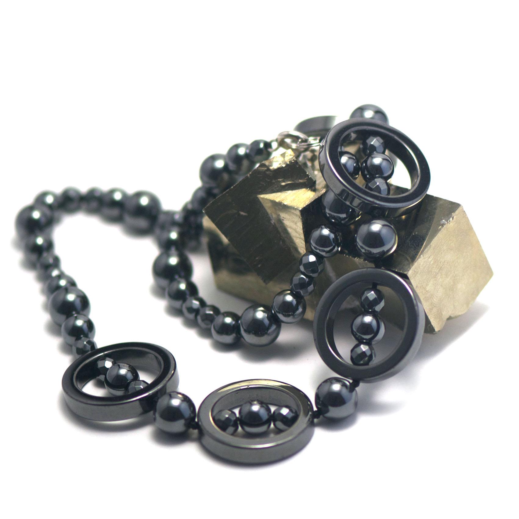 collier hématite , création  quatre cercles ciselées