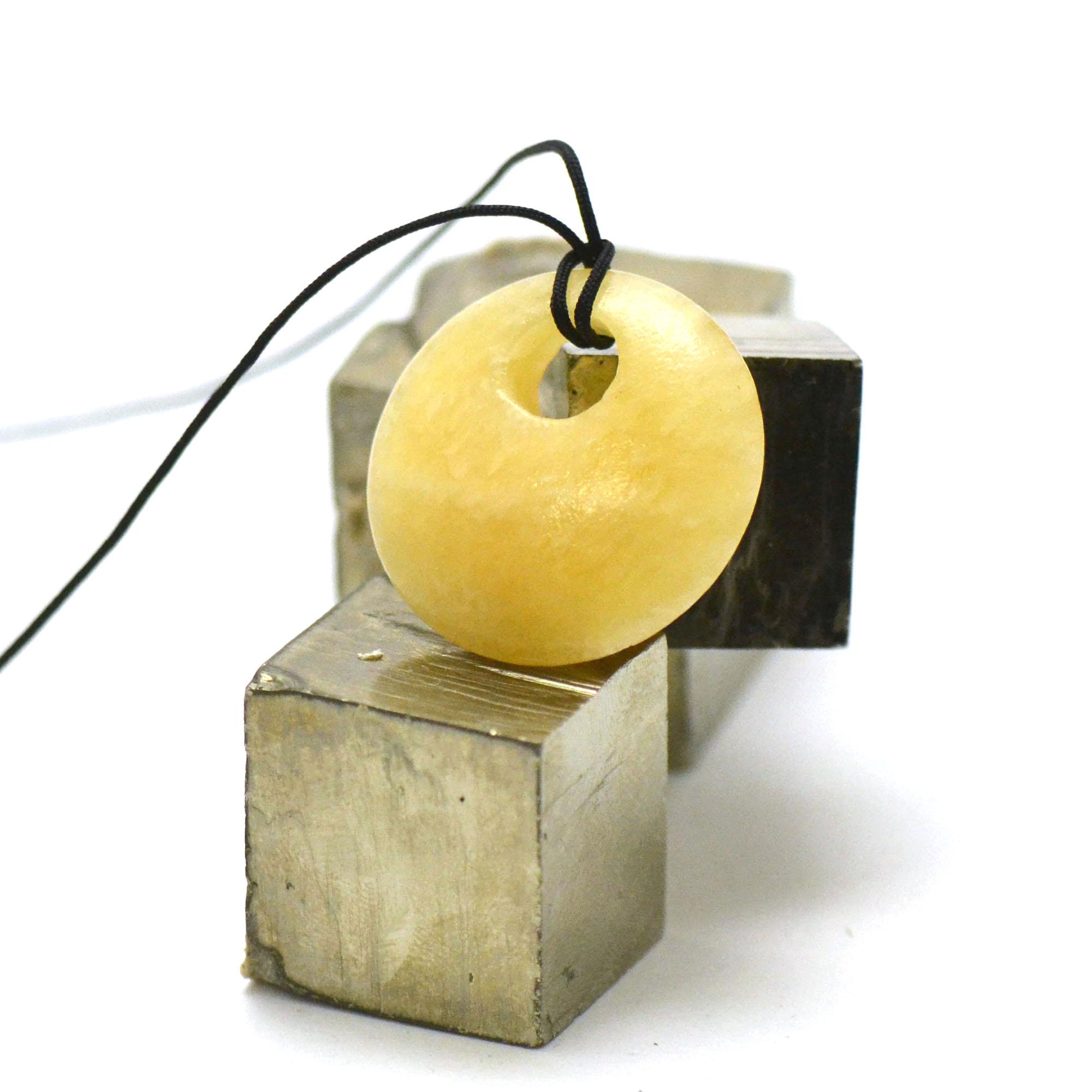 1 pendentif calcite jaune donuts décentré 30 mm, pierre naturelle