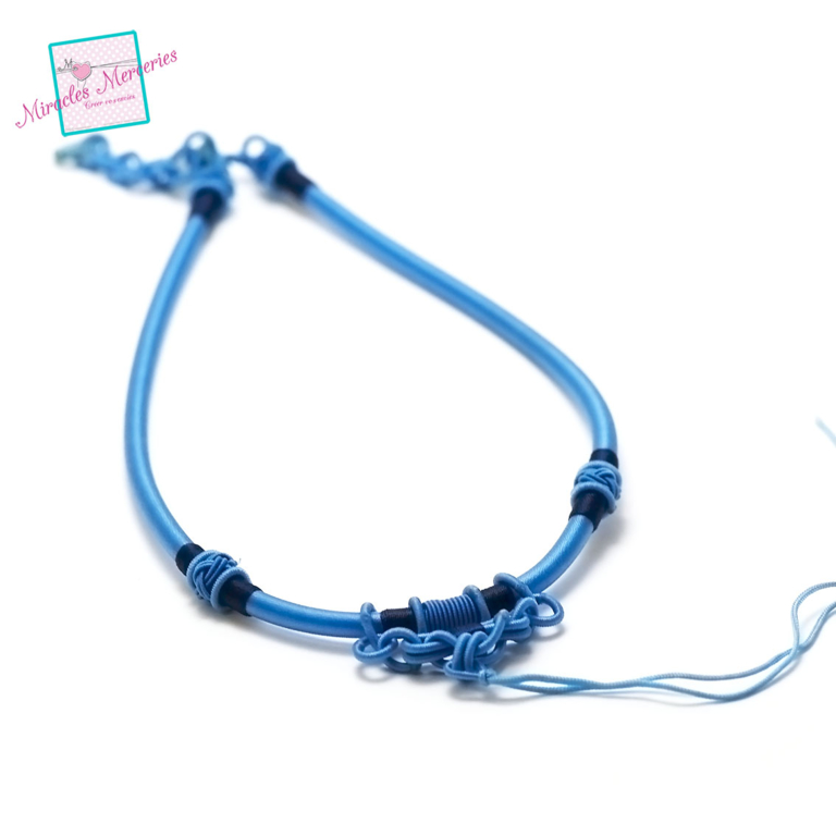 1 magnifique support collier créateur en fil de soie tressé à la main, bleu ciel