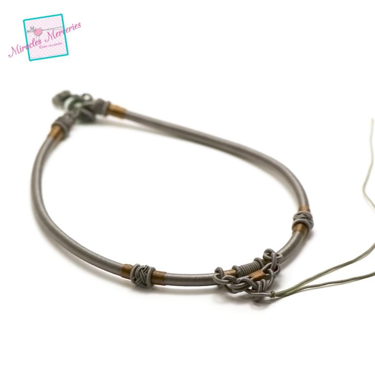 1 magnifique support collier créateur en fil de soie tressé à la main,gris
