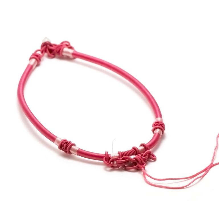1 magnifique support collier créateur en fil de soie tressé à la main,rose