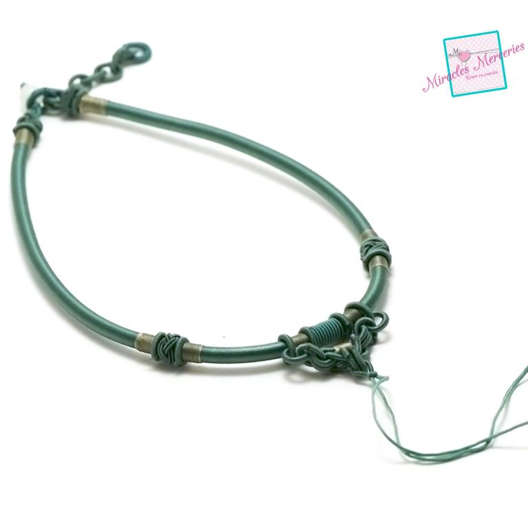 1 magnifique support collier créateur en fil de soie tressé à la main,vert menthe