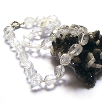 "Collier Cristal de roche, ""galet baroque facettée"""
