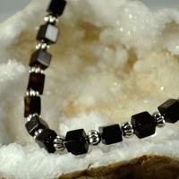 """Collier Onyx """"cube 0.8 cm- perle métallique"""""""