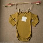 Nebel-golden-leaf-minimalisma -body-bebe-coton-bio-maison-de-mamoulia-dore-moutarde