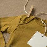 Nebel-golden-leaf-minimalisma -body-bebe-coton-bio-maison-de-mamoulia-dore-moutarde-