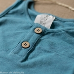 tshirt-ajustable-evolutif-manymonths-babyidea-coton-chanvre-maison-de-mamoulia-sans-manches-milky-bleu-turquoise