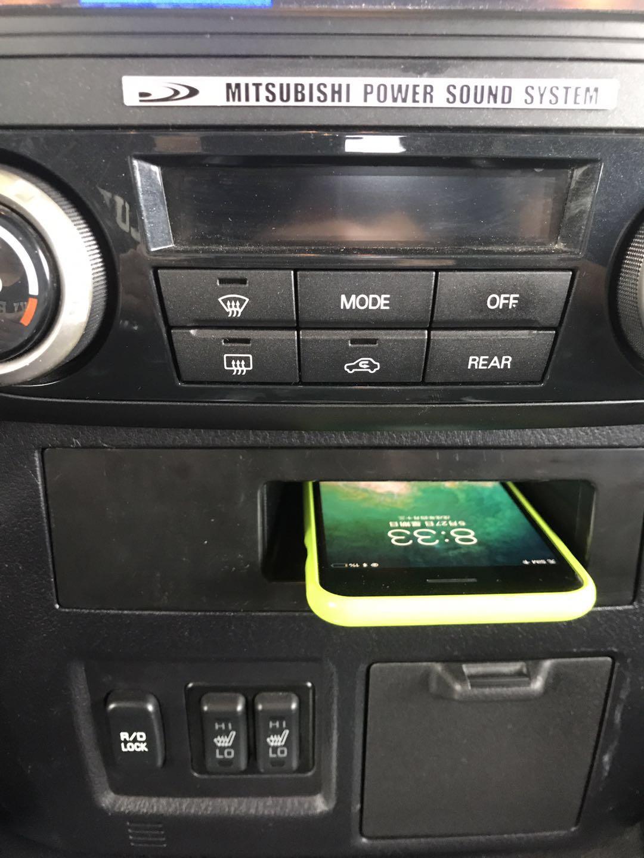 Chargeur à induction 10W iPhone, Xiaomi, Huawei et Samsung pour Mitsubishi Pajero de 2014 à 2018
