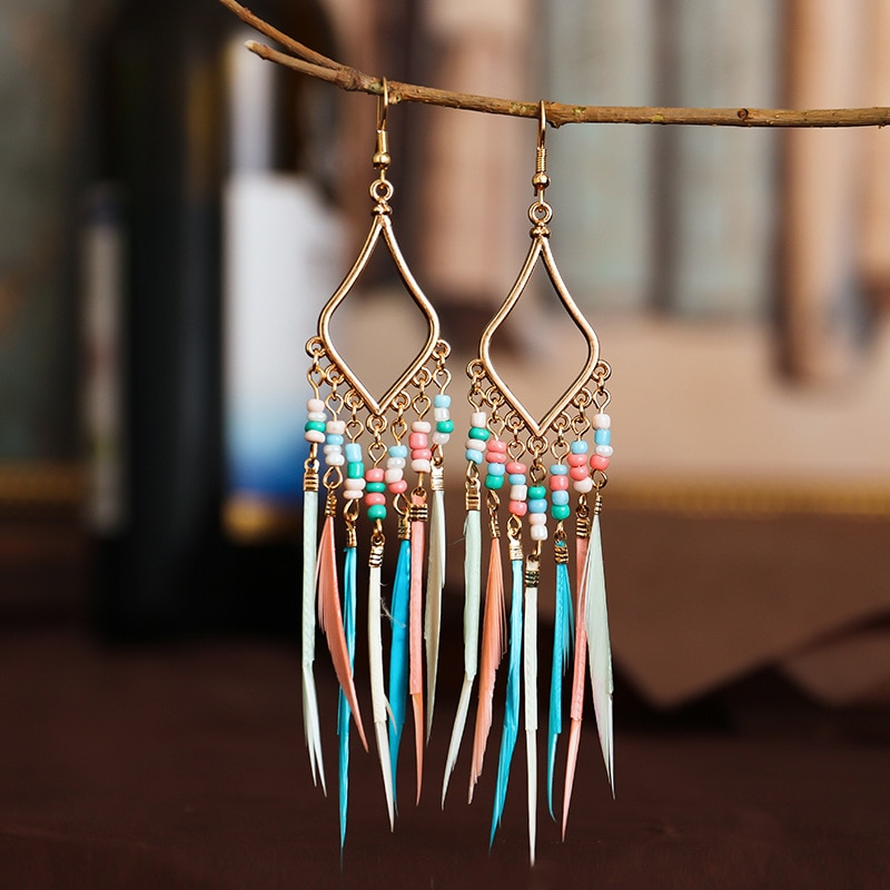 Boucles d\'oreilles pendantes colorées plumes et pampilles