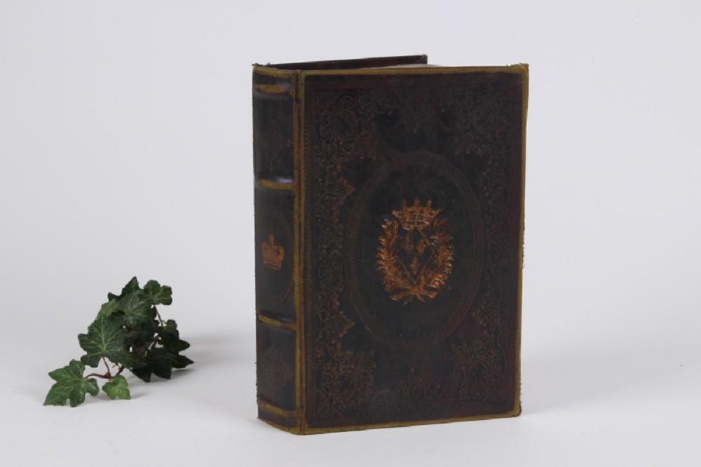 boite faux livre embleme gm tous les articles id es cadeaux 06. Black Bedroom Furniture Sets. Home Design Ideas