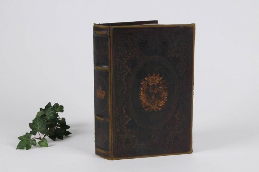 boite faux livre embleme pm tous les articles id es cadeaux 06. Black Bedroom Furniture Sets. Home Design Ideas