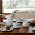table dressée cafetière humeur tasse visage sucrier vaisselle tassen