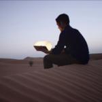LUMIO original bois lumière portable dans désert Max Gunawan