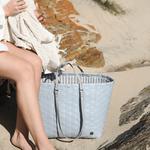 GO! shopper de Handed by à la plage posé dans le sable avec femme qui cherche sa serviette