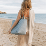 GO! femme à la plage avec sac dde plage Handed by tressé en plastique recyclé grisbleu