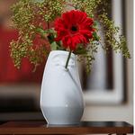 vase visage détendu blanc avec trou dans la bouche soliflore fleur rouge