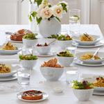 table dressé déjeuner avec vaisselle visage tassen vase amusé bols assièttes en porcelaine
