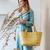 CB Panier de shopping jaune moutarde élégant et pratique porté par femme habillé en bleu handed by