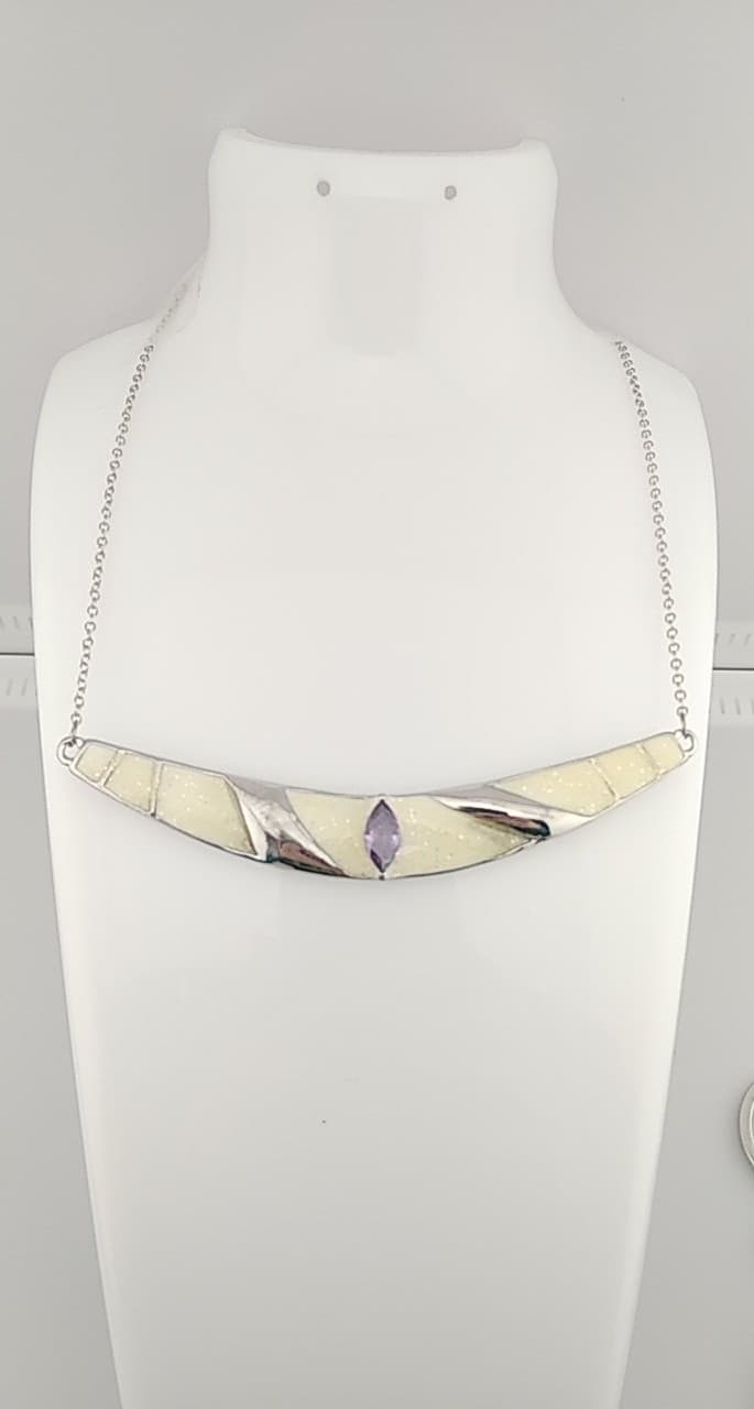 collier pendentif couleur beige