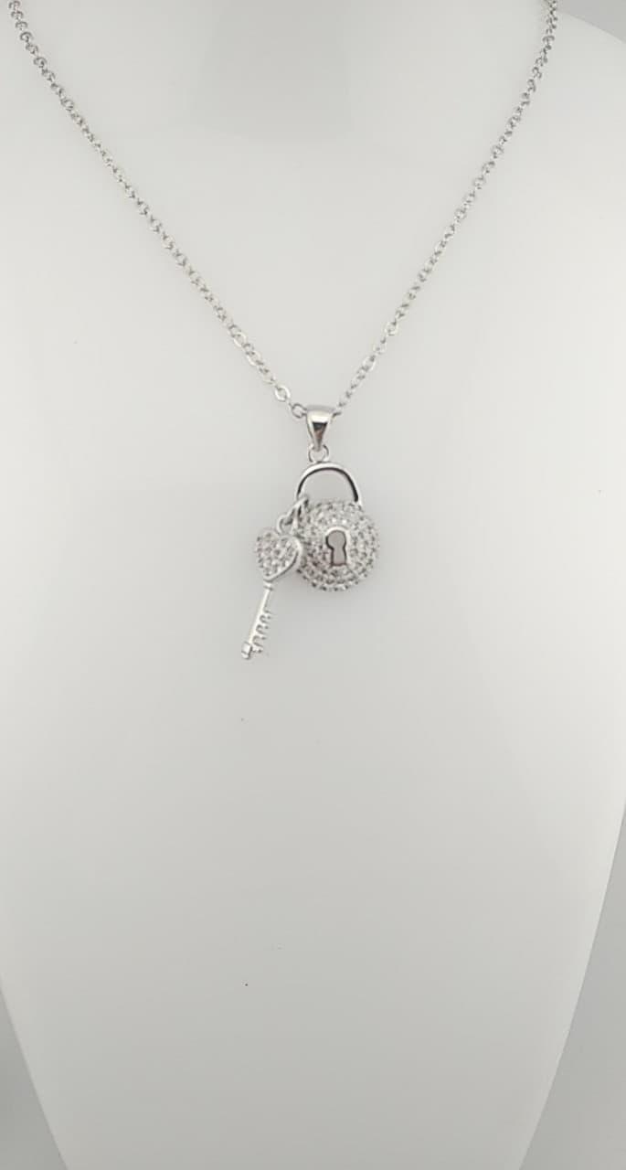 Collier pendentif cadenas , clef