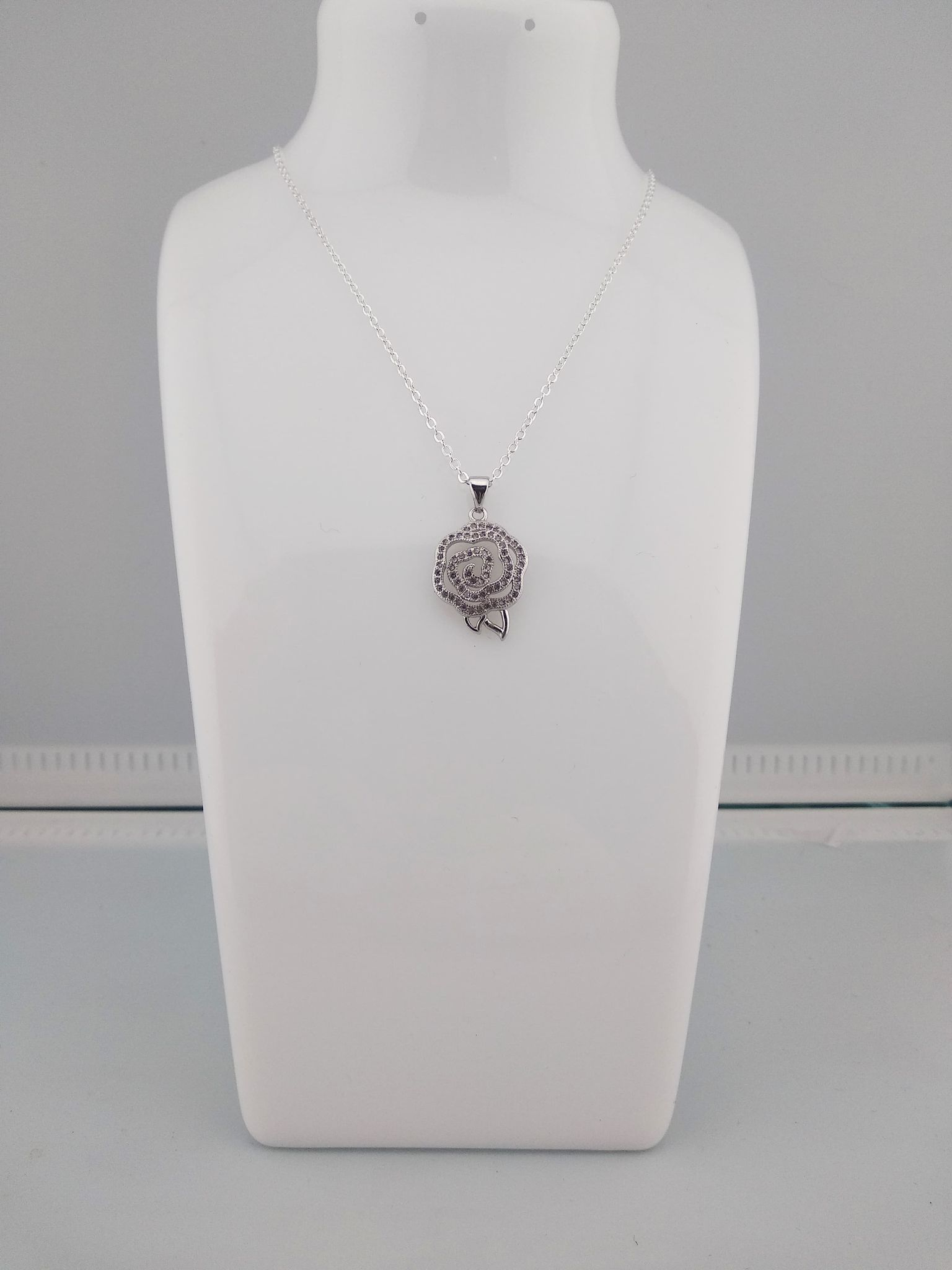 Collier pendentif rose strass