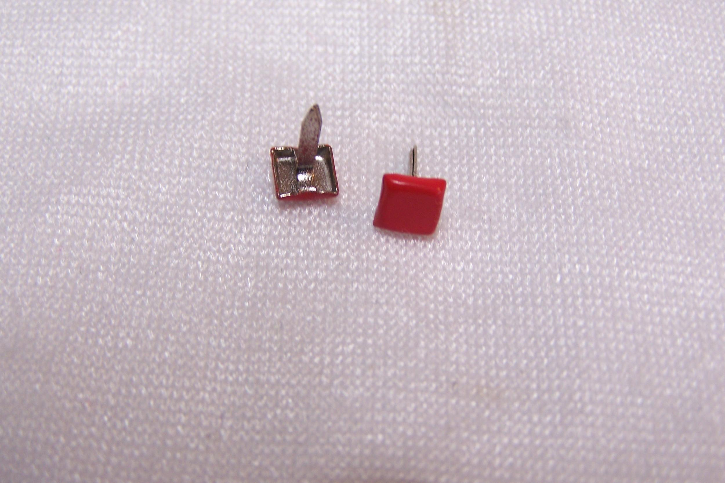 Clou en forme de carré, rouge