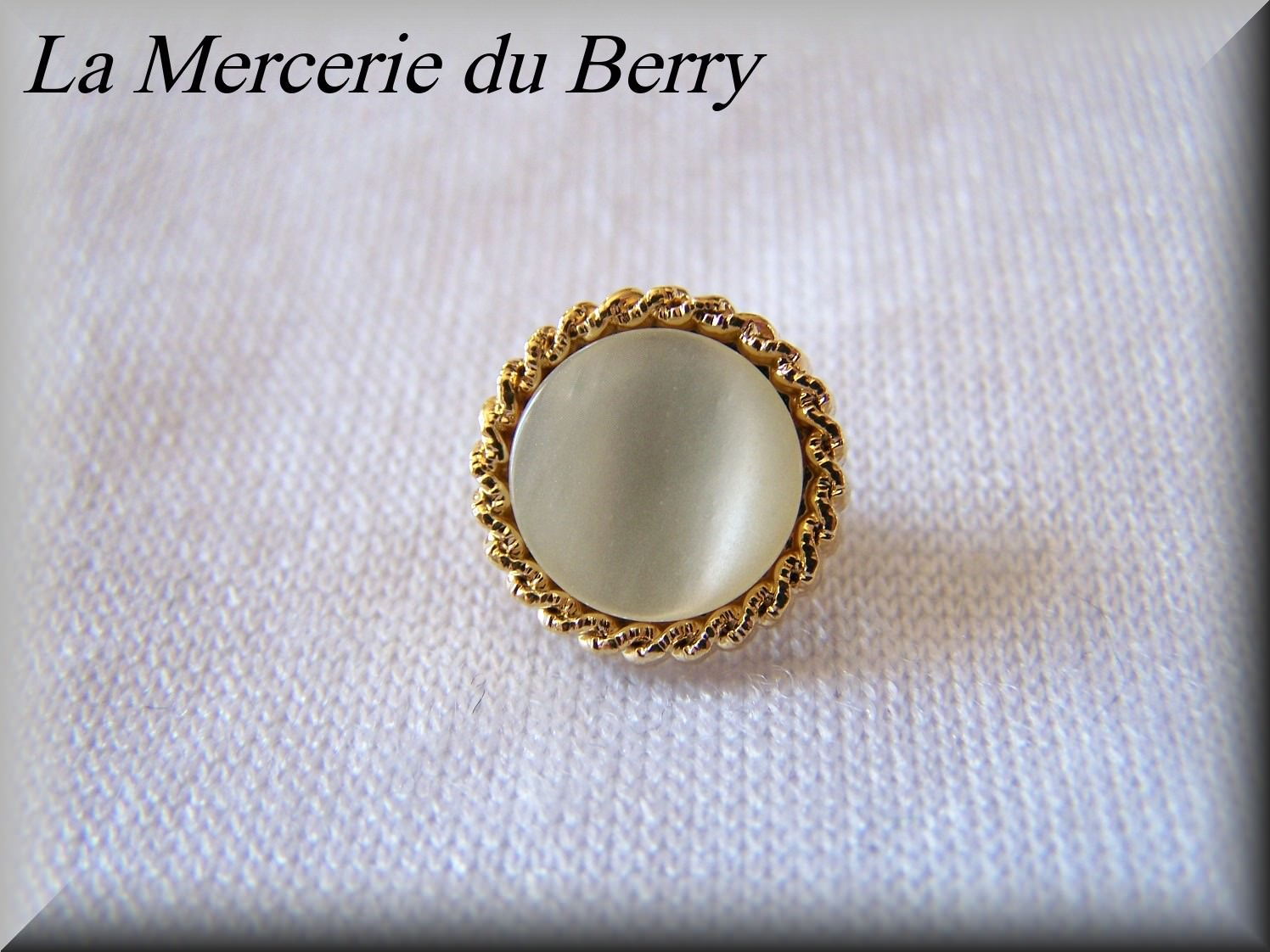 Bouton blanc, cerclé doré, 18 mm