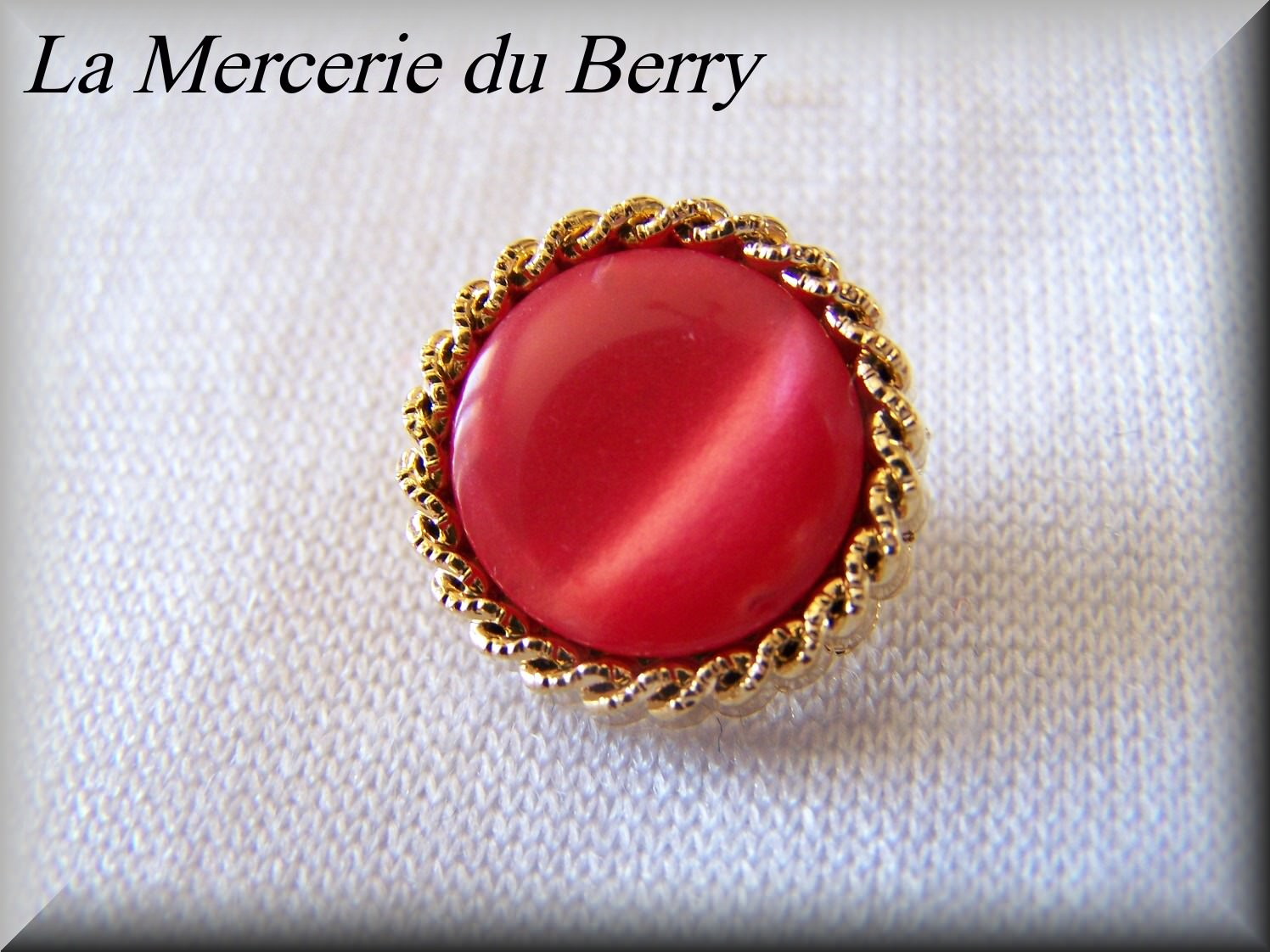 Bouton rouge, cerclé doré, 18 mm