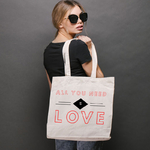tote-bag-all-you-need-is-love-en-situation