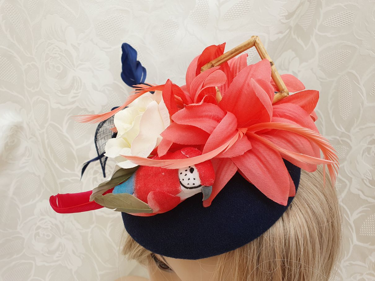 mnfas023b_bibi-fascinator-petit-chapeau-retro-50-s-pin-up-glamour-perroquet-023