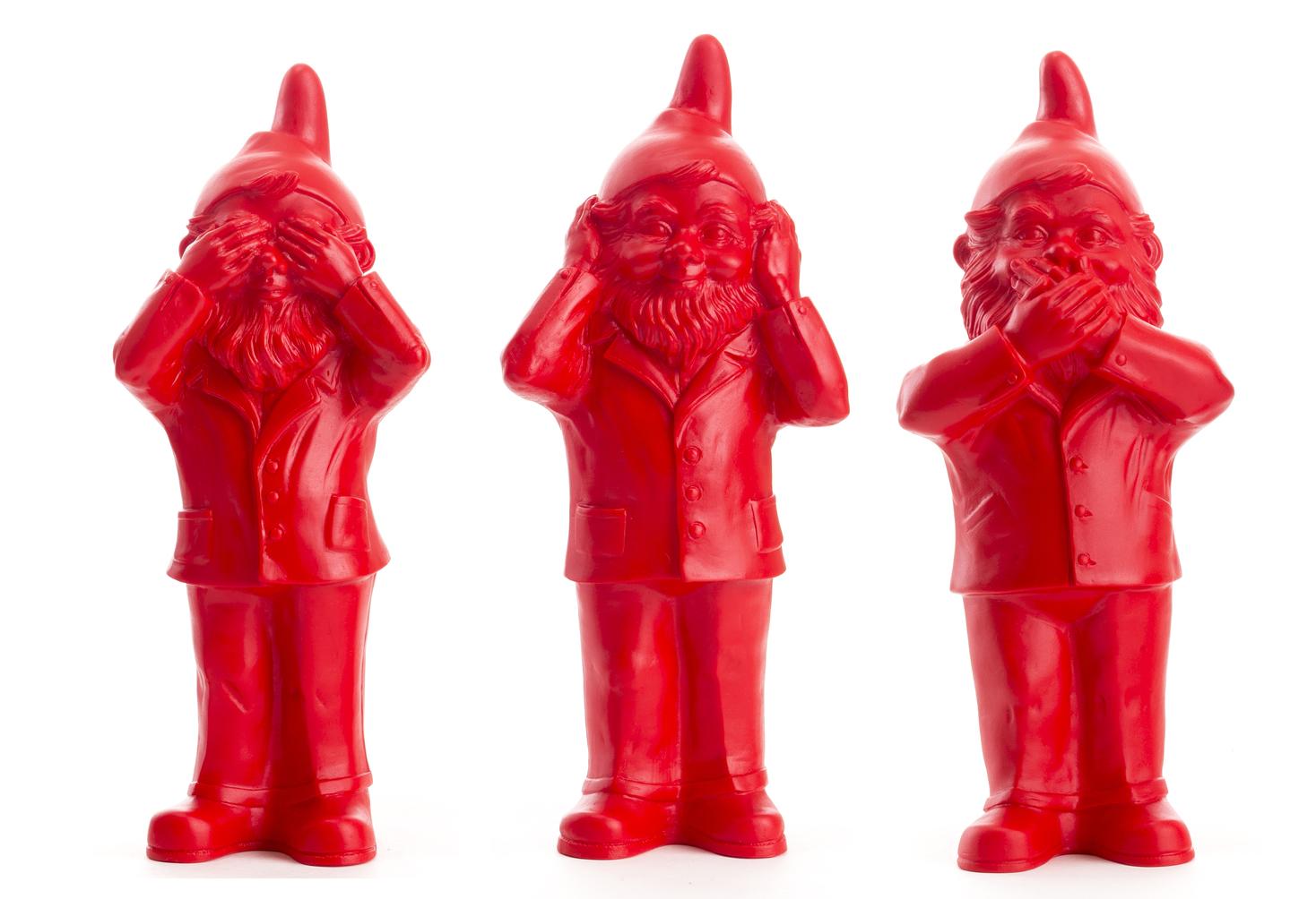 Les 3 Nains de Ottmar Hörl qui ne veulent pas voir, parler ou entendre, rouge