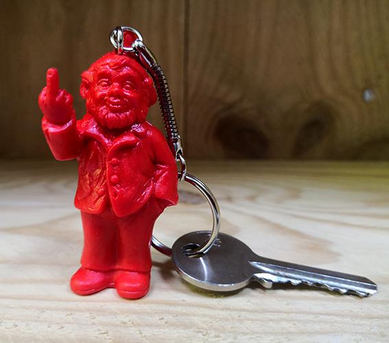 Porte clef, le fameux nain doigt d\'honneur de Ottmar Hörl, Rouge