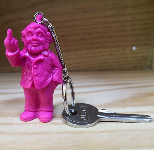 Porte clef, le fameux nain doigt d\'honneur de Ottmar Hörl, Rose