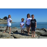 Mini t shirt signature Le mini intemporel noir et blanc porté par les enfants (3)