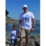 Mini T shirt ART Le conquérant 3-4 ans porté par Enzo et T shirt ART Laverti XL porté par Benoit