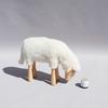 tabouret-petit-mouton-agneau-blanc-qui-regarde-vers-le-haut-Hanns-Peter-Krafft