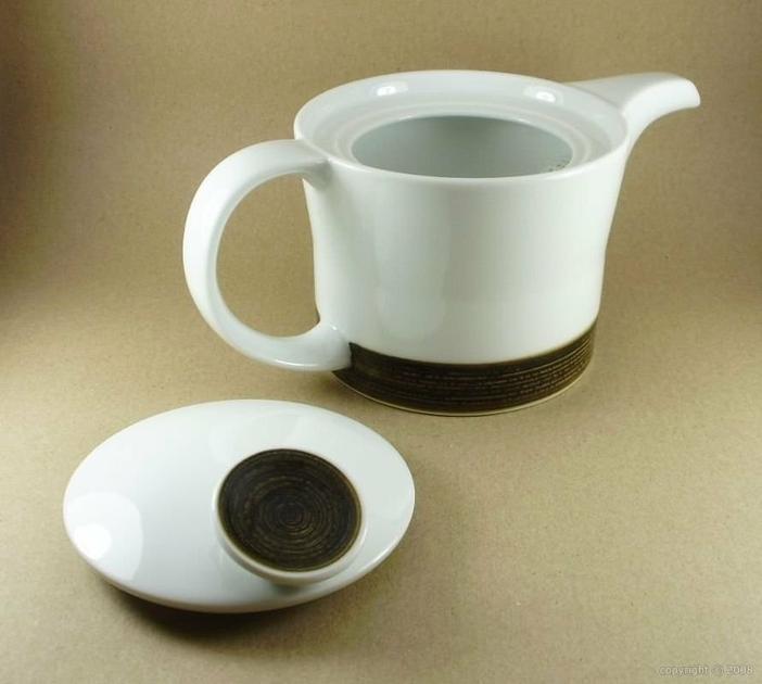 service th japonais moderne avec th i re et tasses c ramique contemporaines assorties. Black Bedroom Furniture Sets. Home Design Ideas