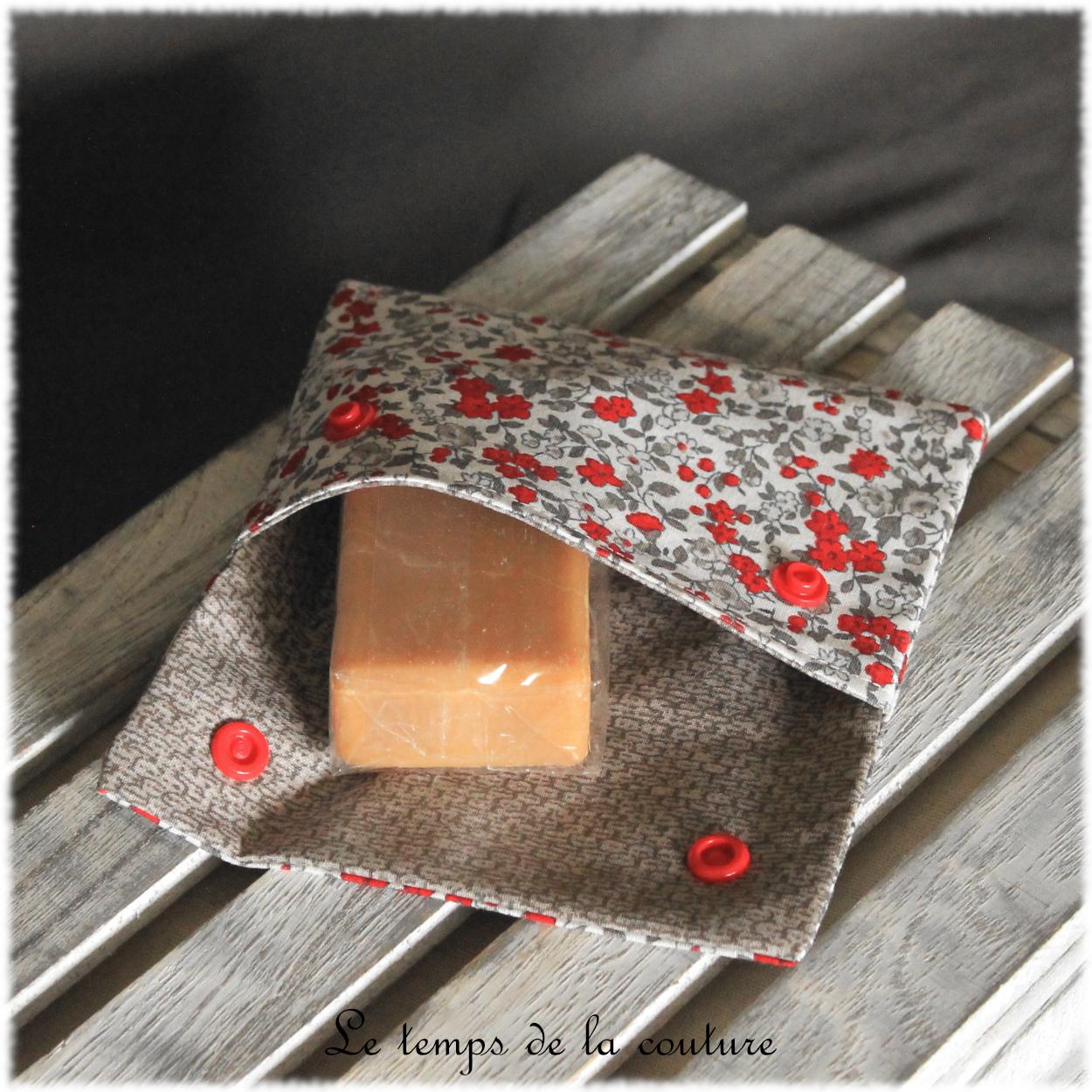 Pochette à savon motifs fleur de campagne tons écru rouge et taupe