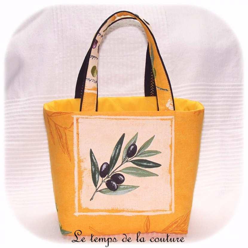 Panier de cuisine à ail, échalote ou oignon tons jaune, écru, noir et vert motif olives