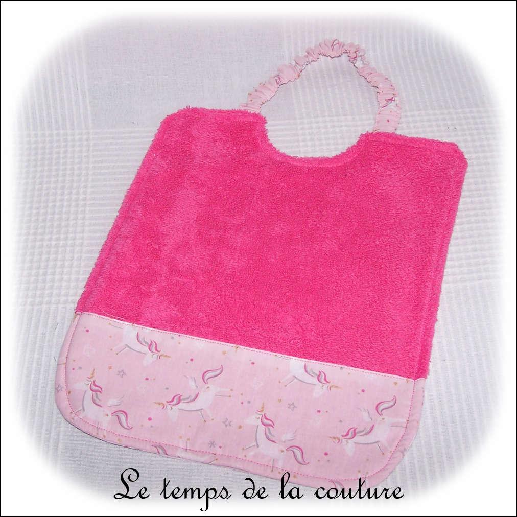 Bavoir à élastique motif licorne rose ton rose vif fuchsia