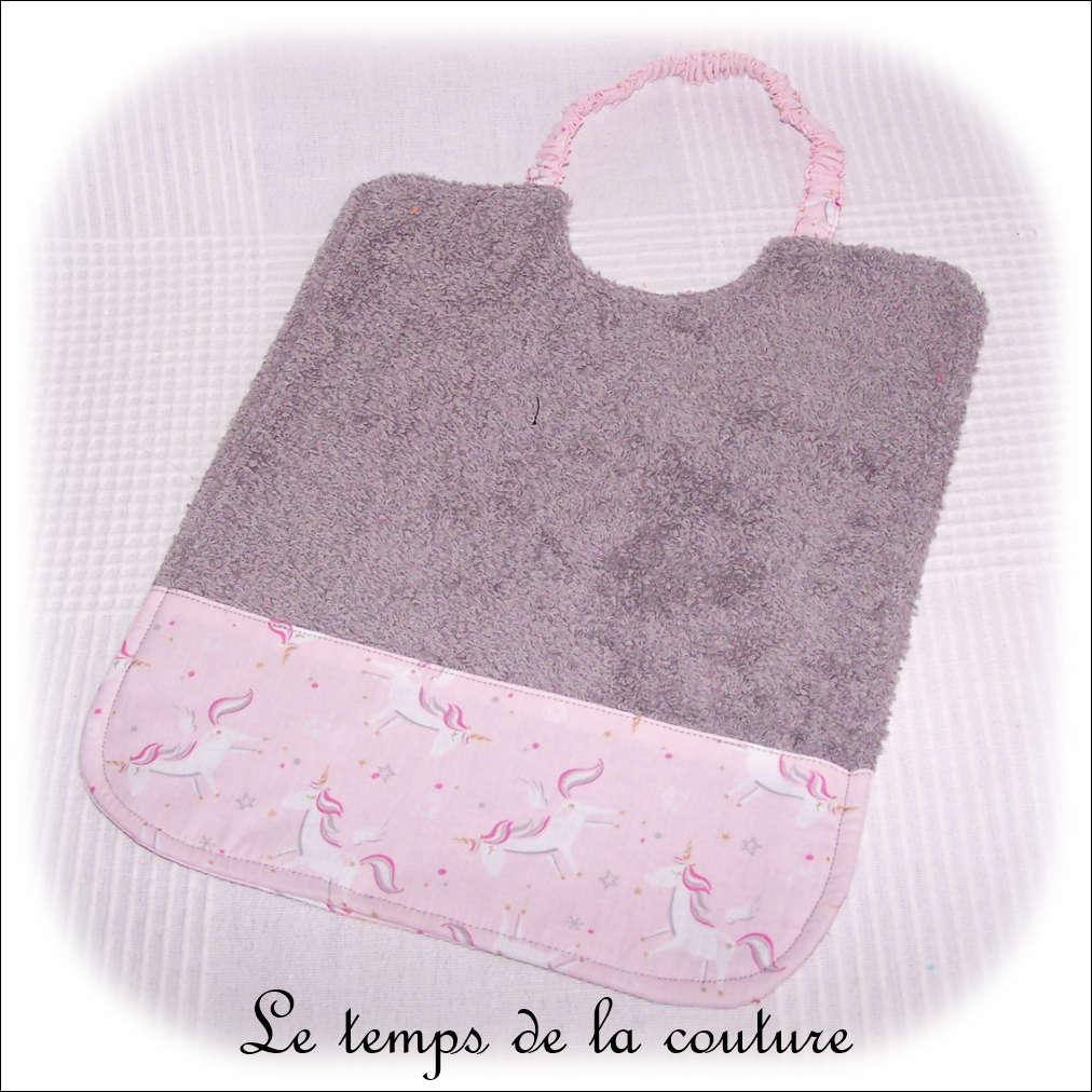 Bavoir à élastique motif licorne rose ton gris