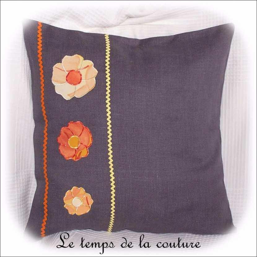 Housse de coussin fleurie boho chic tons gris, orange et jaune n°1