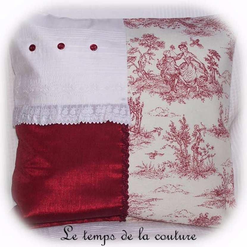 Housse de coussin façon toile de Jouy et coton brodé tons rouge sombre