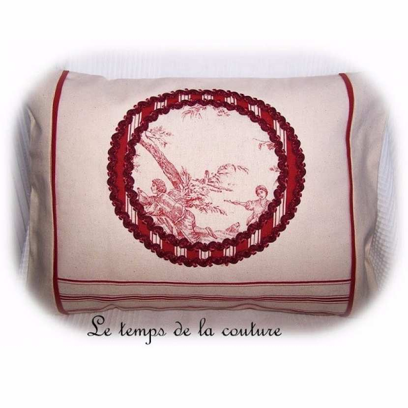 Housse de coussin médaillon façon toile de Jouy tons rouge sombre et écru