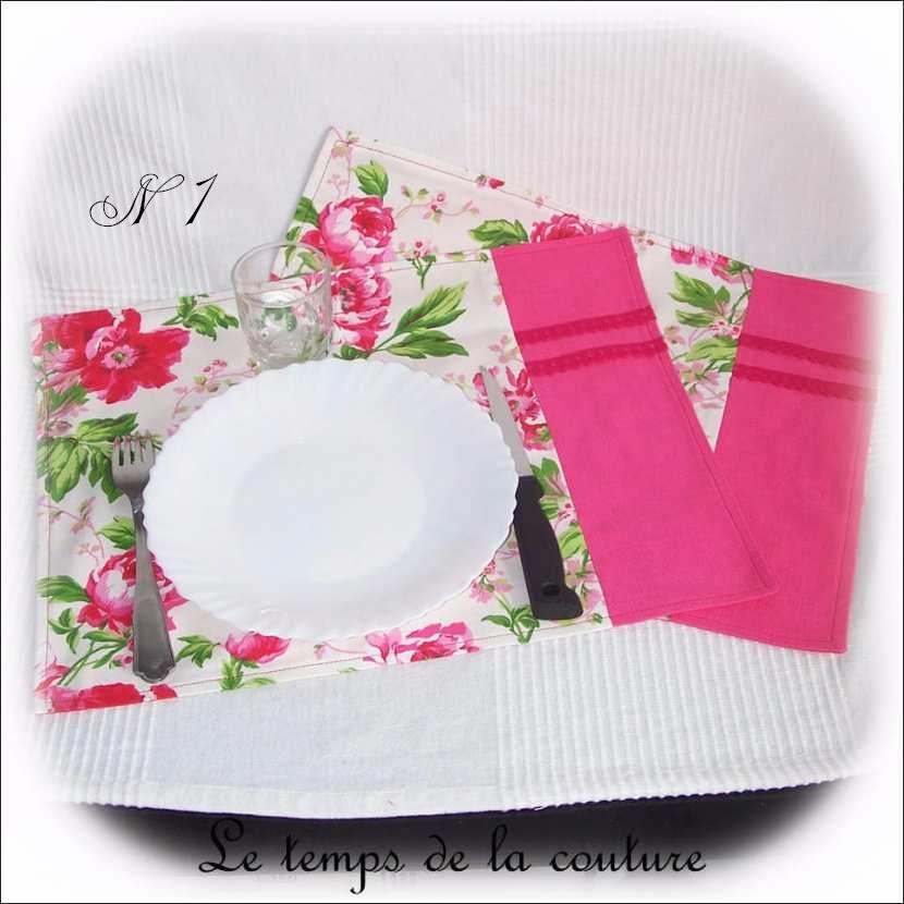 Lot de 2 sets de table motifs fleuris au choix, tons rose et multicolore