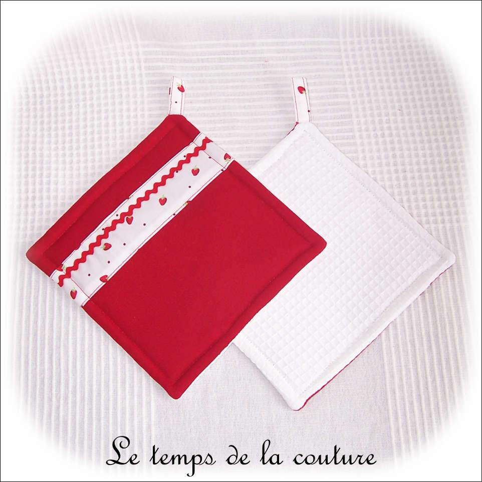 Lot de deux maniques avec molleton spécialisé tons rouge et blanc