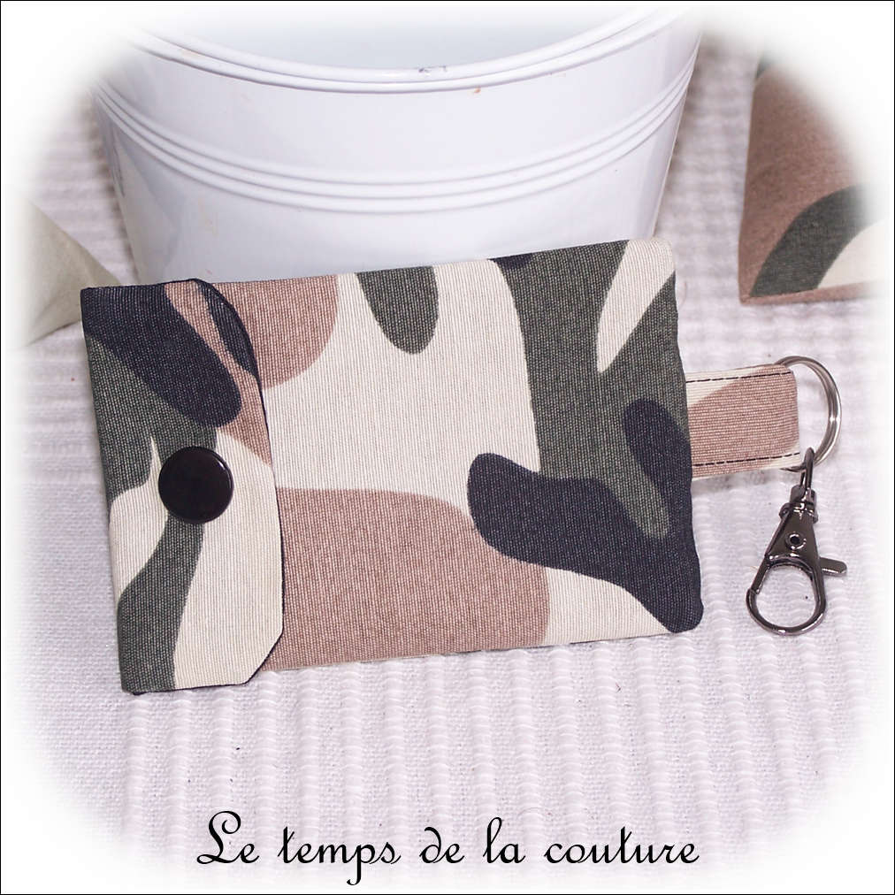 Pochette porte clé motif camouflage militaire tons noir kaki beige et taupe