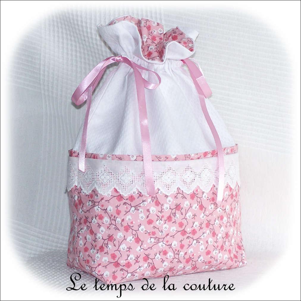 Sac pochon à lingerie motif fleur de sakura tons rose et blanc